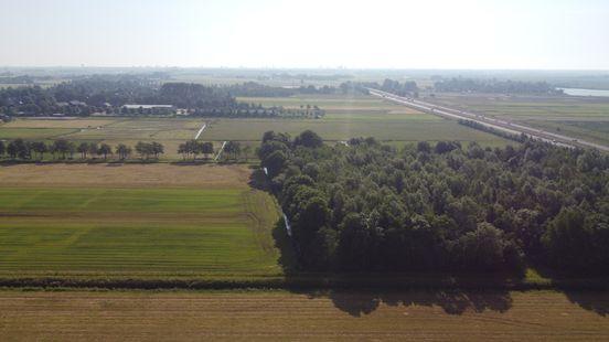 Rechts de voormalige vuilstort, boven in beeld Oostwold. Foto: Jan Been