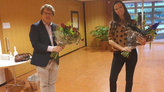 Scheidend fractievoorzitter Rianne Vos en links het nieuwe raadslid Joachim Bekkering. Foto: Hans Koenders